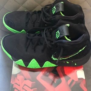 Men's Kyrie 4/basketball sneakers.. Authentic